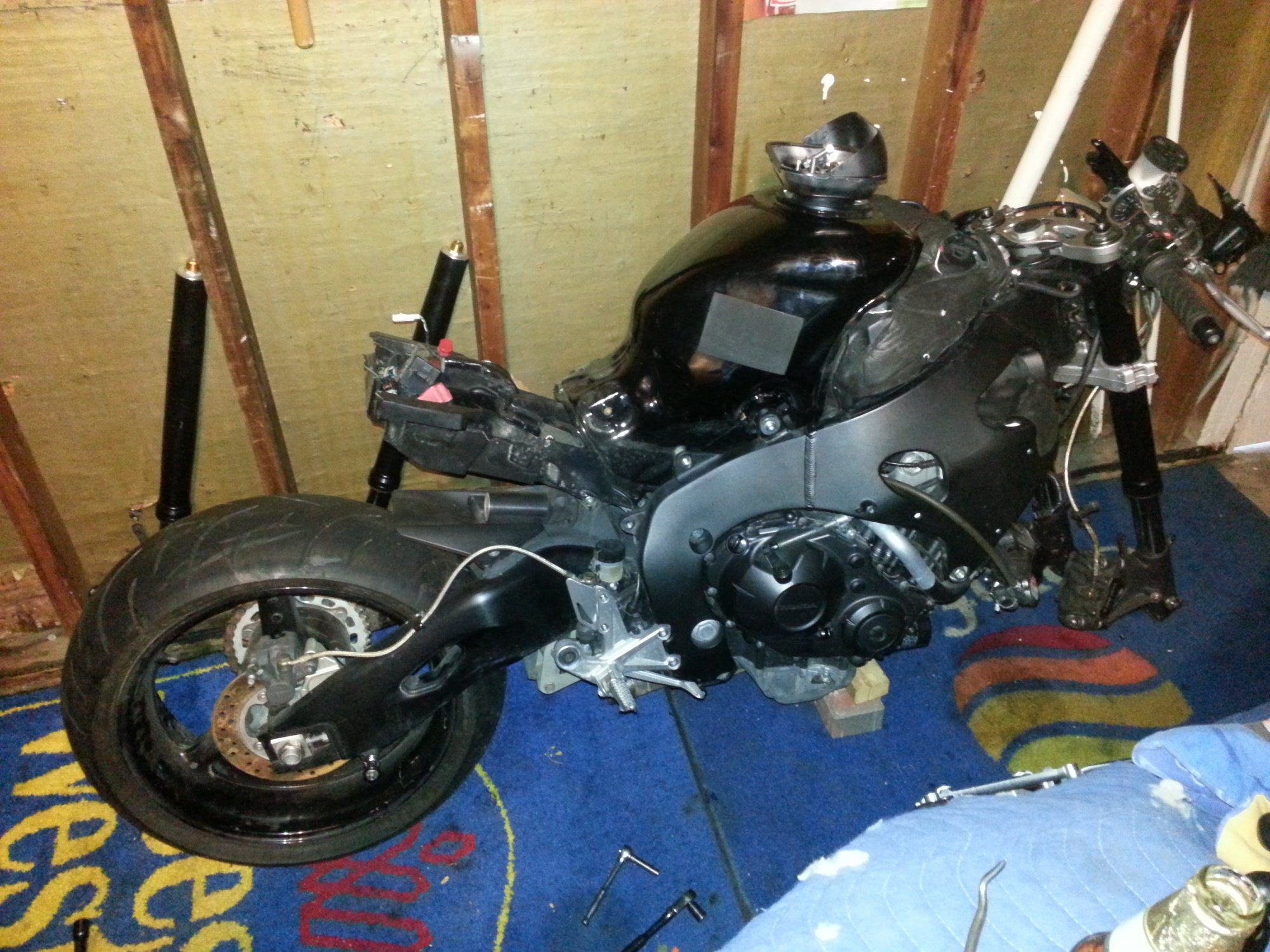 im almost done fixing  my 2008 cbr 1000 i was a trashed bike!-20121108_153117.jpg
