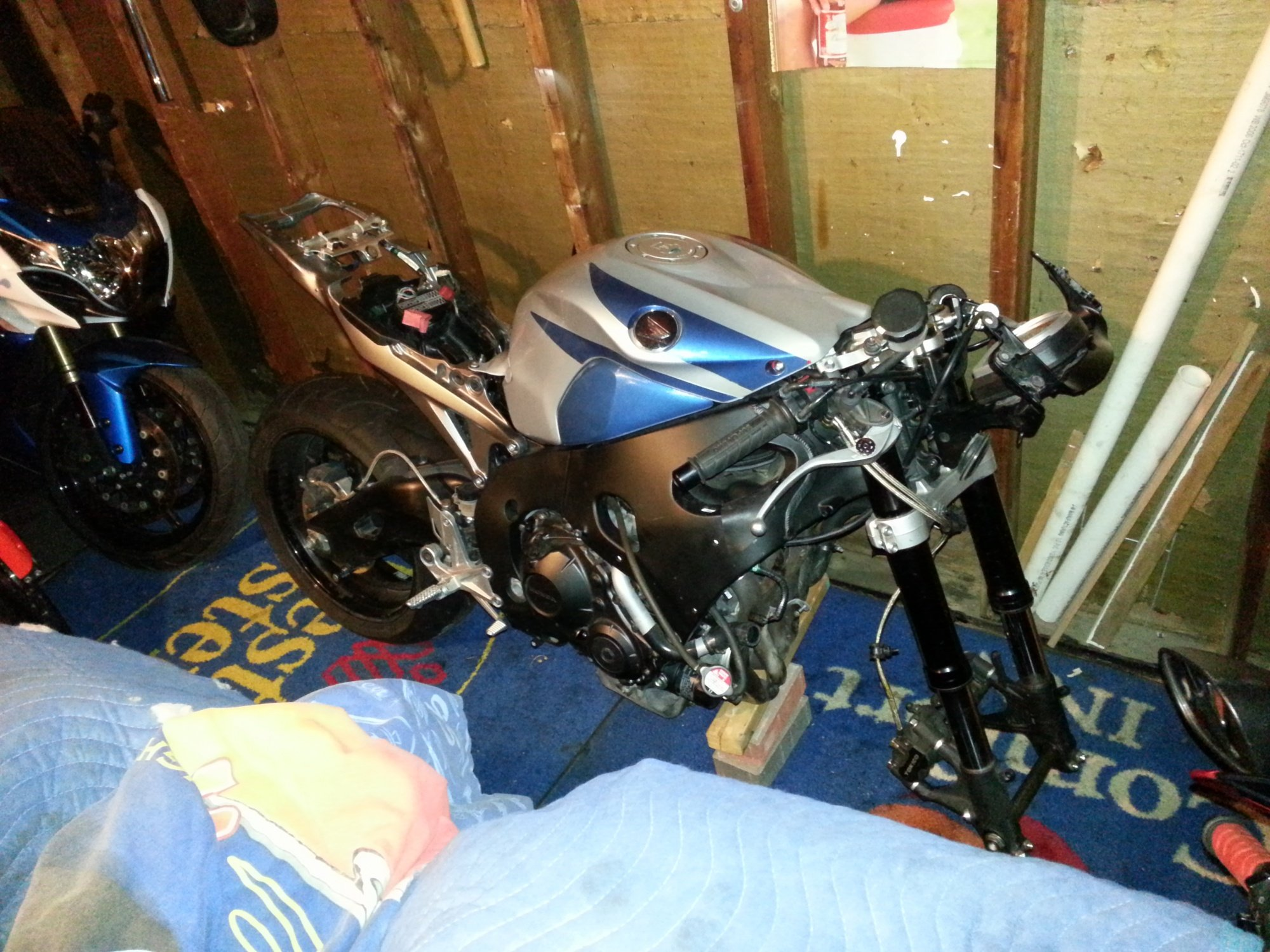 im almost done fixing  my 2008 cbr 1000 i was a trashed bike!-20121108_182154.jpg