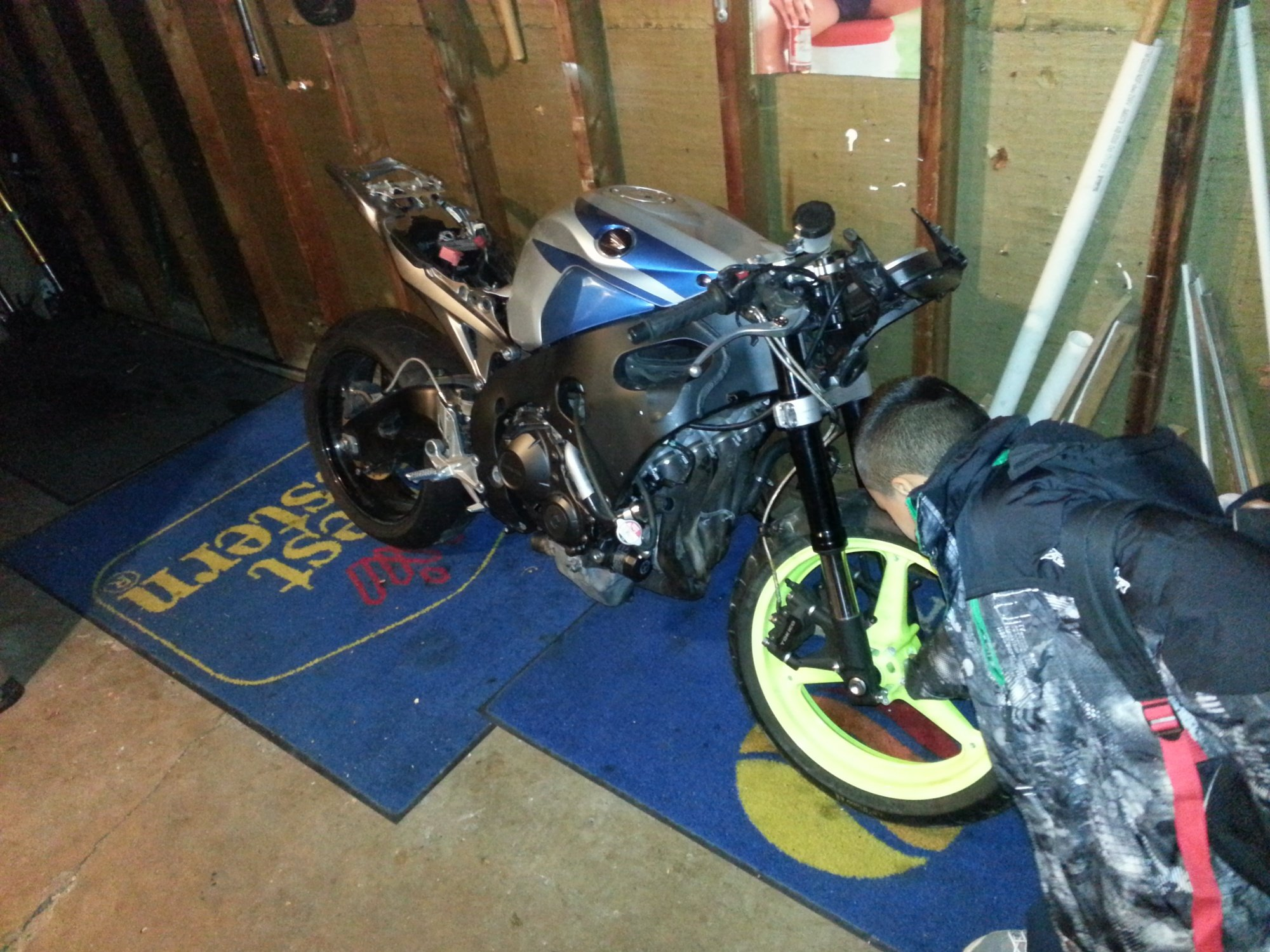 im almost done fixing  my 2008 cbr 1000 i was a trashed bike!-20121113_154627.jpg