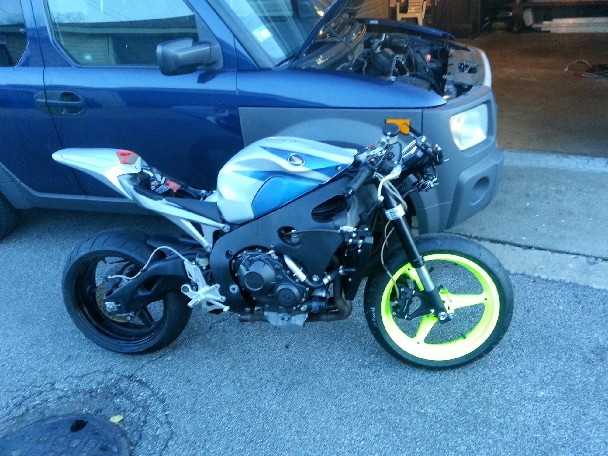 im almost done fixing  my 2008 cbr 1000 i was a trashed bike!-20121124_162451.jpg