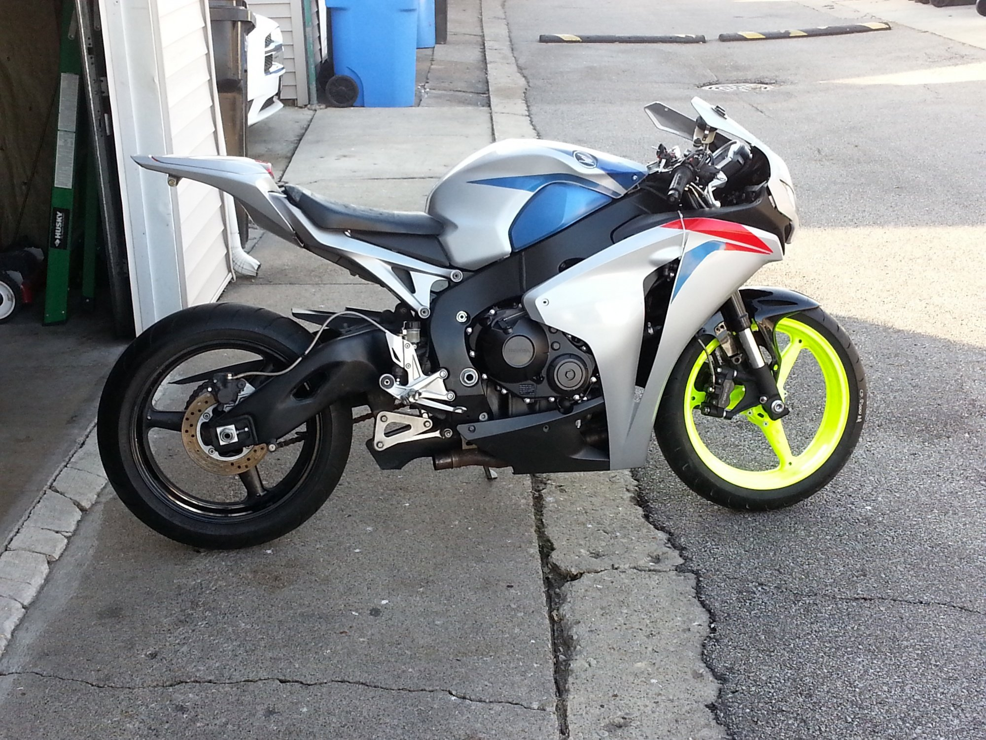 im almost done fixing  my 2008 cbr 1000 i was a trashed bike!-20121129_135834.jpg